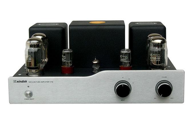 V16是新德克最新推出的一款高保真电子管放大器, 其声音表现细腻圆润,温暖甜美,控制力极佳。 该机的前级放大部分采用了12AX7/(ECC83)担任、由6SN7组成独特的长尾倒相兼推动式电路,后级部分采用音频放大器专用电子管KT88/(6550)担任整机的功率放大. 用户可在三极管与五极管接法之间选择。 V16在电路设计、器件选用上均本着音色至上、性能可靠的原则,用料十分考究,如著名的德国 WIMA MKP10电容、低噪声精密电阻、音色迷人的古董级电容等;信号输入切换采用多组继电器切换,最大程度缩短了信